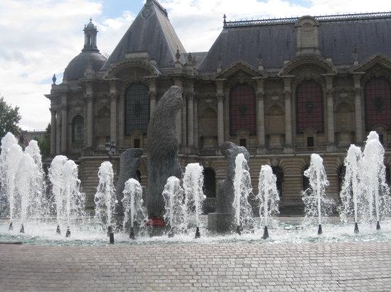 Palais des Beaux Arts: Vue du Musée des beaux arts de Lille à partir de la place de la République