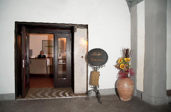 Hotel Duomo: ingresso cortile