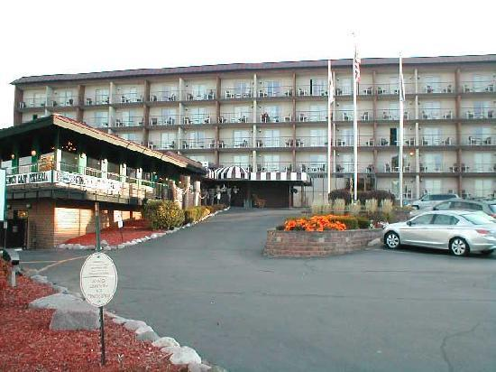 Harbor Shores on Lake Geneva: Hotel front view angle 2