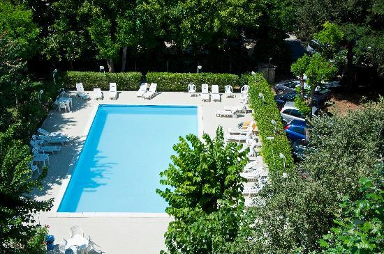 Royal Inn: Piscina e parco