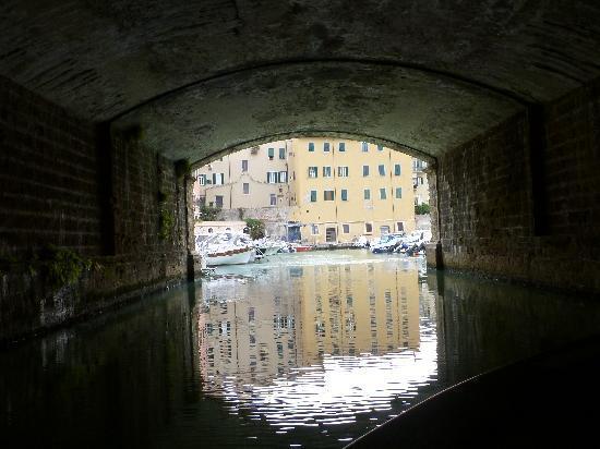 Giro dei Fossi di Livorno : The bridge under piazza republica