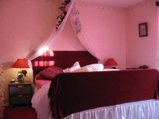 Le Castel Enchante : Bring the one you love to our Rose Chambre