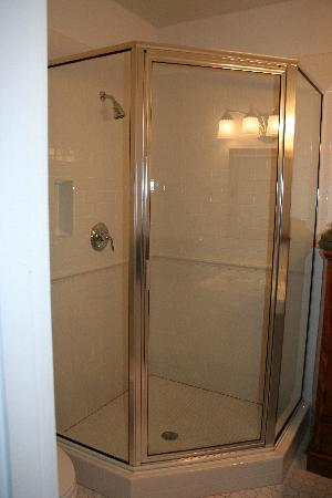Robinwood Bed and Breakfast: HOT Shower!