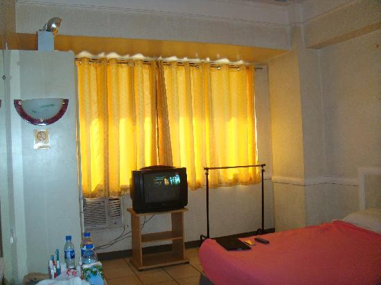 Roadway Inn : Cabinet, aircon, cable tv and clothestand