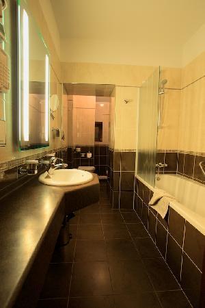 Hotel Kazbek: Kazbek: huge bathroom