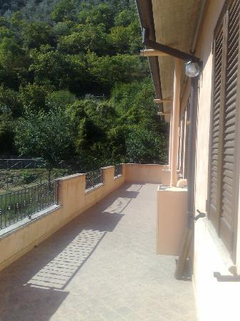 Hotel Umbria Valnerina: Terrazzo camere can veduta su Vallo di Nera,il fiume Nera e la Valnerina.