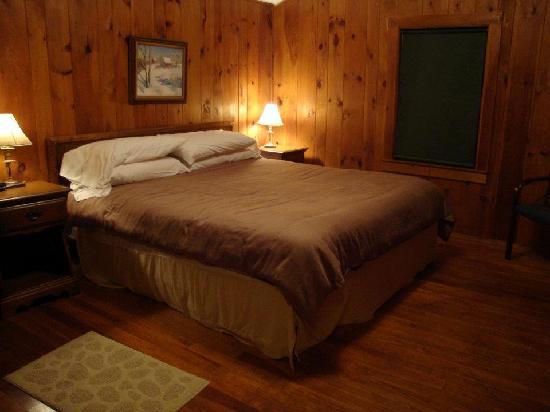 Woodbound Inn: The bedroom.