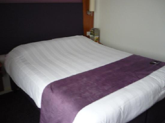 Premier Inn London Hanger Lane Hotel: letto della stanza