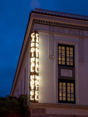 Cardinal Hotel: Exterior Neon sign
