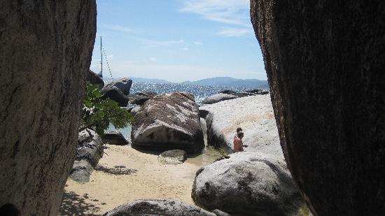The Baths: Vista entre las rocas