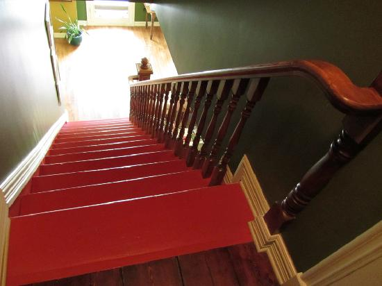 Auberge du Joli Vent: L'escalier rouge