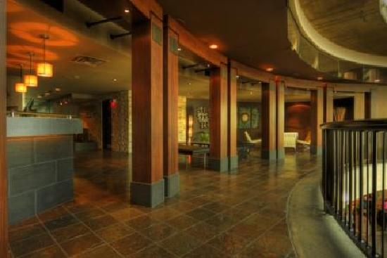 Lonsdale Quay Hotel: Hotel Lobby