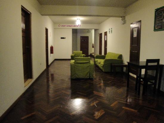 Che Lagarto Hostel Lima: corridoio e salottino