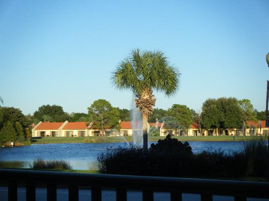 Holiday Inn Club Vacations Orlando - Orange Lake Resort: Typical views of villas around the golf course