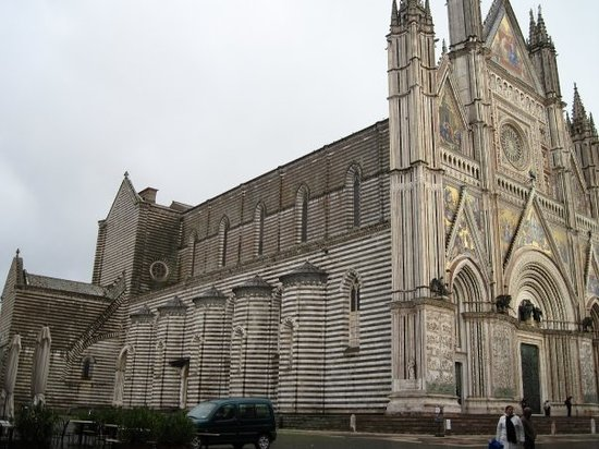 Orvieto, Italië: Duomo with a November sky