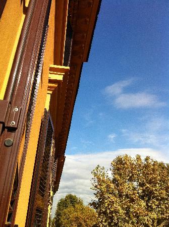 B&B Roma Ottaviano: 窓からの青い空