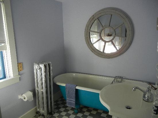 Oak Bluffs Inn : Tub in the suite bathroom