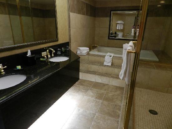 Embassy Suites by Hilton Seattle North Lynnwood: Main bathroom Presidential Suite