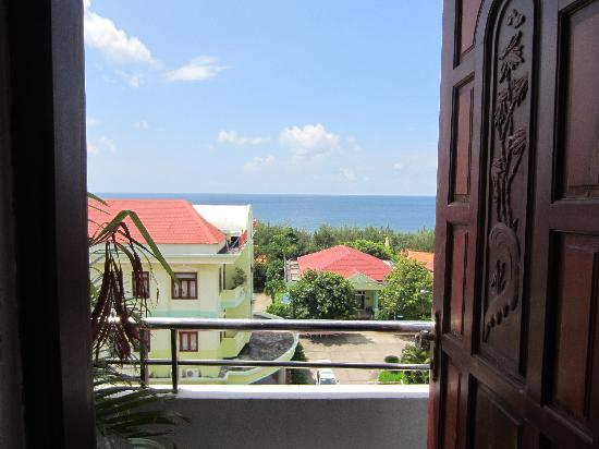 ‪إيه 74 هوتل: seaview balcony view, same view out your window‬