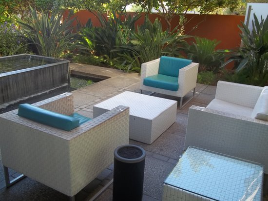 Hotel Valley Ho: Outdoor lobby sitting area with water feature