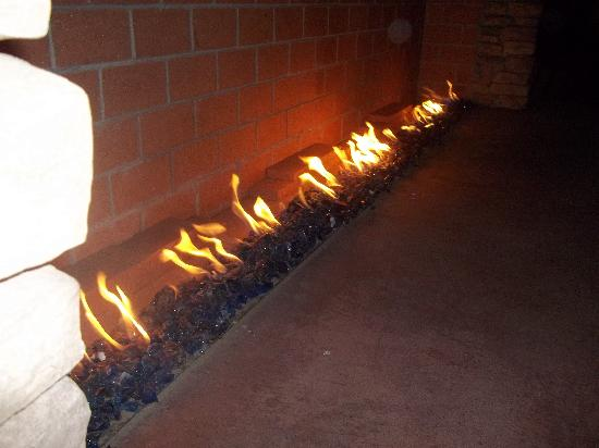 Sheraton Phoenix Airport Hotel Tempe: The outdoor fireplace by the pool at night
