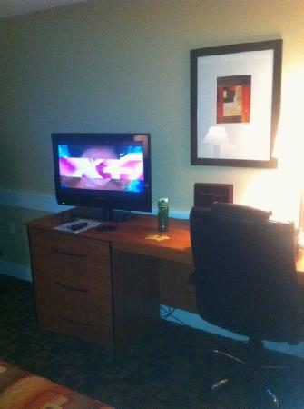 Red Lion Inn & Suites Kennewick Convention Center : nice TV and work station