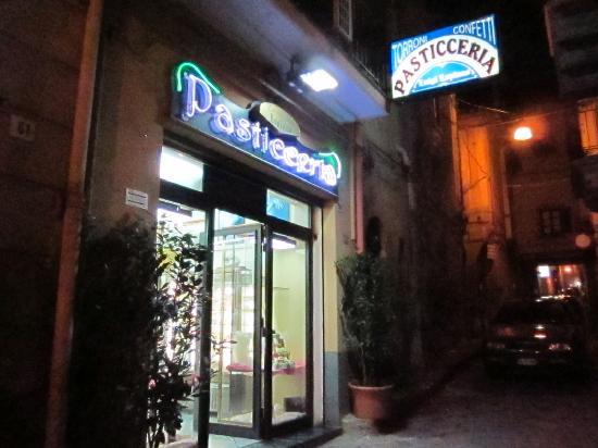 Pasticceria Lopiano: L'esterno del locale