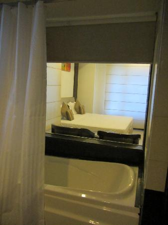 Hotel Le Roi: View from bathroom with tub and see thru glass