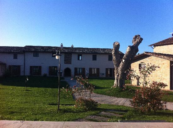 Borgo Spinara: vialetto giardino