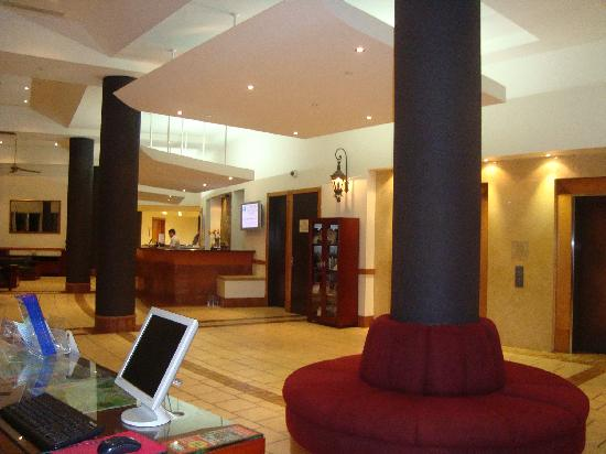 Mantra Twin Towns: Lobby and Reception