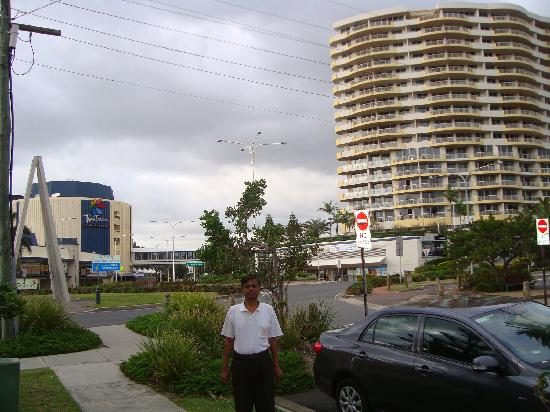 Mantra Twin Towns: View of Hotel and connected Resort across Street