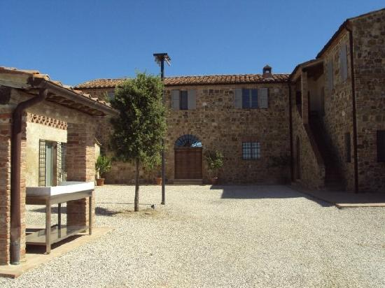 Podere Ferranesi: The courtyard where pizza night takes place
