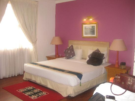 D-Villa Residence Hotel: Bedroom with king bed