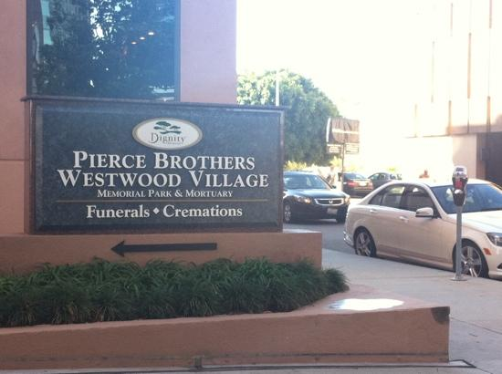 Pierce Brothers Westwood Village Memorial Park: Entrance from Glendon. look for this sign!