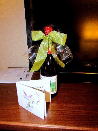 Lynina Inn: Our gift that was sitting on the dresser when we returned...