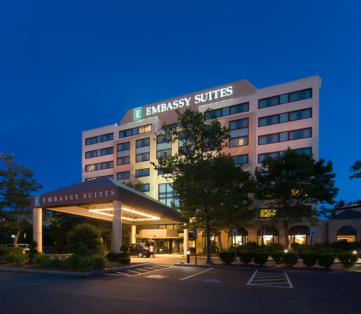 Embassy Suites by Hilton Boston / Waltham: Exterior at Night