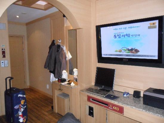 Aura Tourist Hotel: Strangely, no wardroab