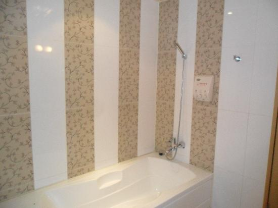 Aura Tourist Hotel: Nice bathtub, and another, separate HUGE shower