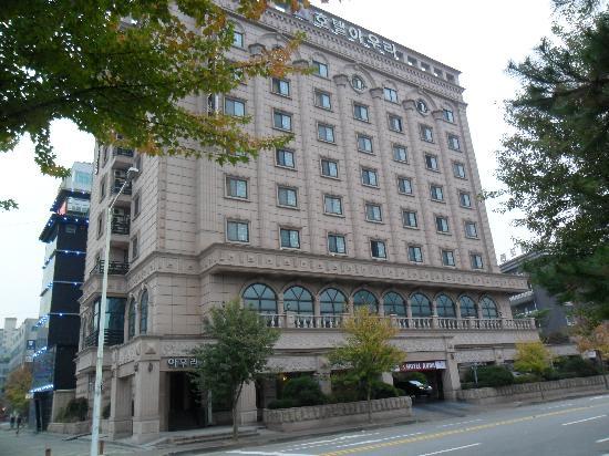 Aura Tourist Hotel: Front facade