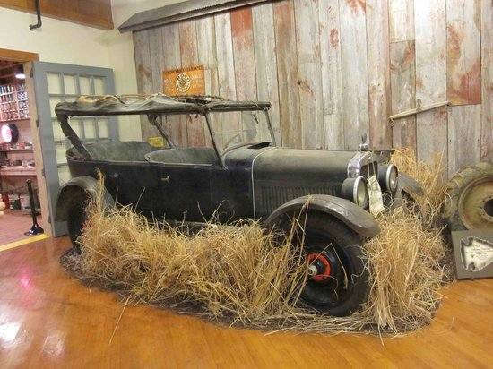 Pontiac-Oakland Automobile Museum: The first car painted with quick-drying paint - it revolutionized the industry