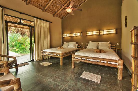 Clandestino Beach Resort: Queensize bamboo beds