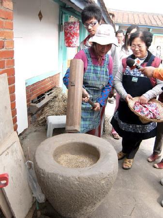 Wumilehelanjing Yongqyuan: 無米樂荷蘭井湧泉民宿~老式搗米