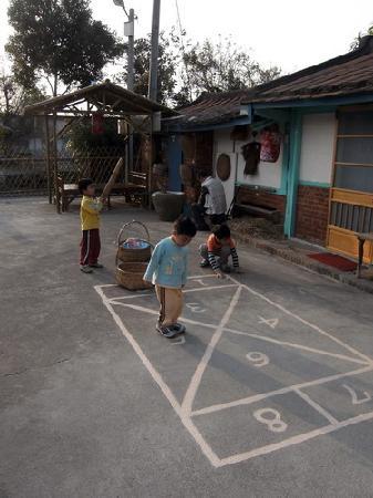 Wumilehelanjing Yongqyuan: 無米樂荷蘭井湧泉民宿~童玩跳格子