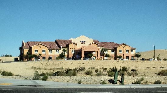 Fairfield Inn & Suites Twentynine Palms-Joshua Tree National Park: Hotel viewed from the highway