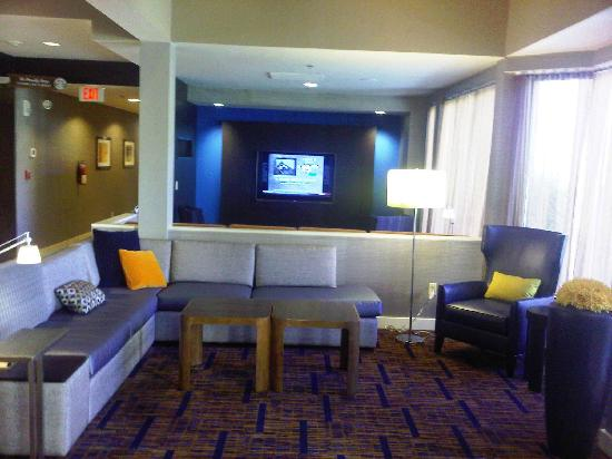 Courtyard Mahwah: Lots of TV's in lobby plus media area