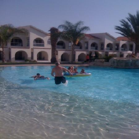 Princess Beach Hotel: one great pool the pool attendant cleans it out every day well done lad top louis hotel yet agai