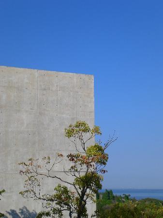 Awaji, اليابان: 青い空と瀬戸内海と安藤。