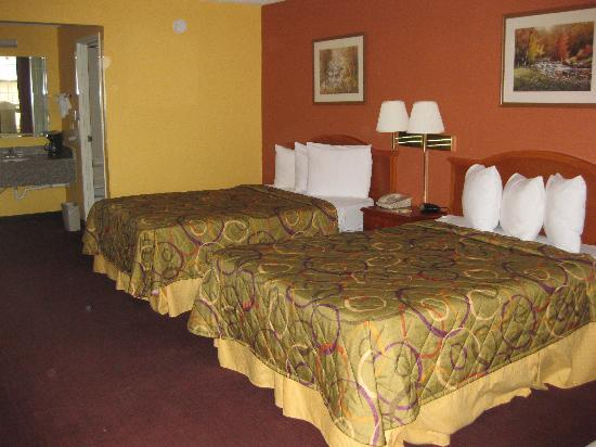 Days Inn New Orleans: Renovated standard 2 double bedroom