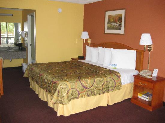 Days Inn New Orleans : Renovated standard King Bedroom
