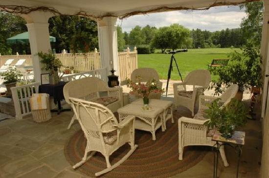 Devonfield Inn: Porch area overlooking 30 acre meadow